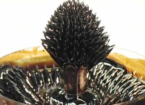 Escultura con ferrofluido