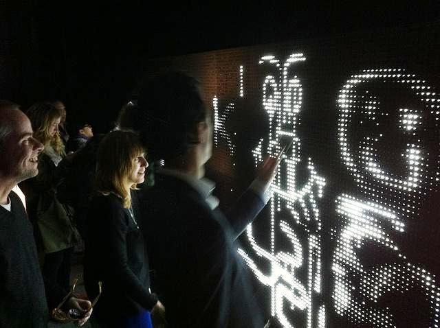 Crean graffitis interactivos con LEDs y agua
