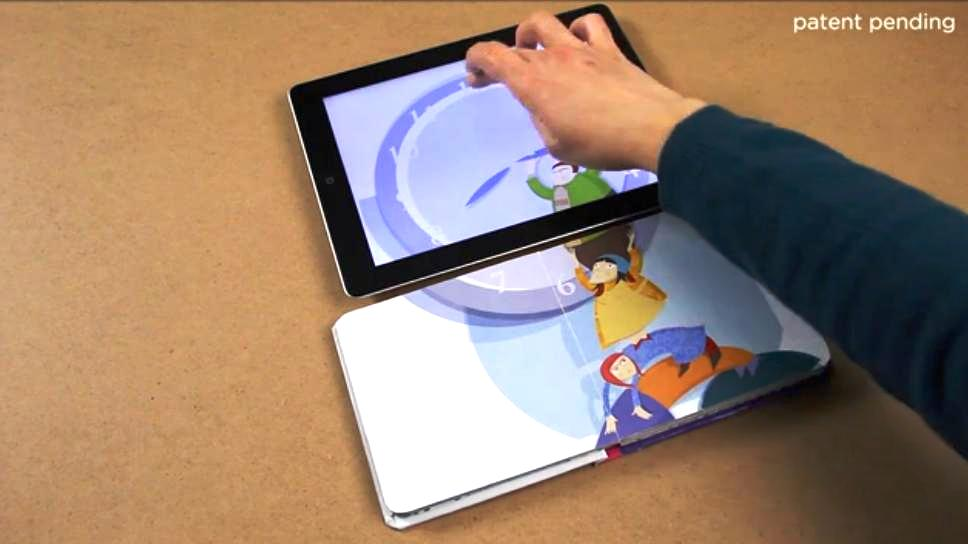 iPad extiende contenido de un libro físico al pasar sus páginas