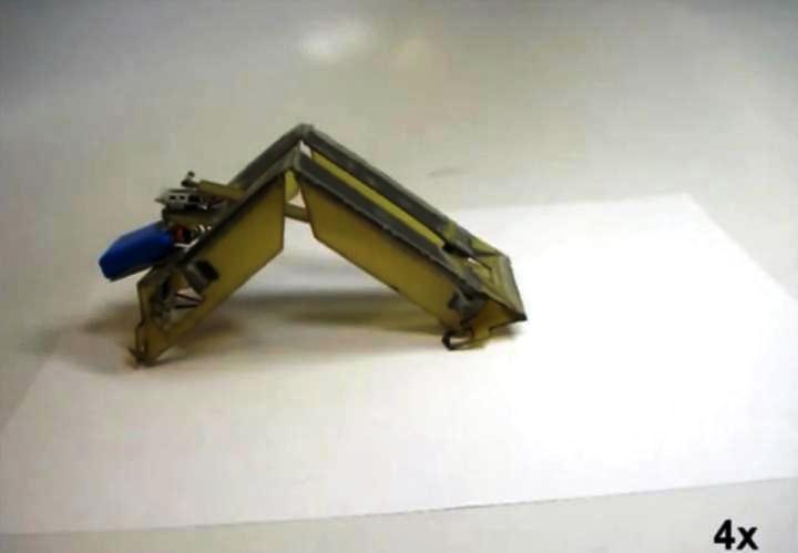 Robot que se auto-ensambla plegándose