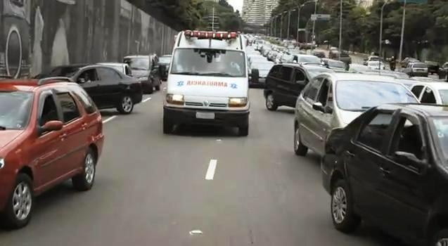 Ambulancias avisan a los conductores en la vía mediante el radio AM/FM