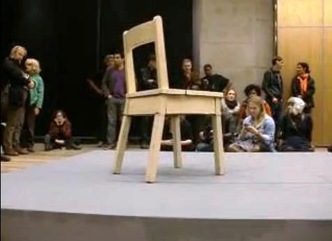 Una silla robótica que se auto-destruye y se repara así misma