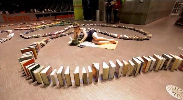 Récord mundial de libros cayendo en efecto dominó