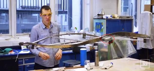 Vea un superconductor levitar sobre una cinta Moebius