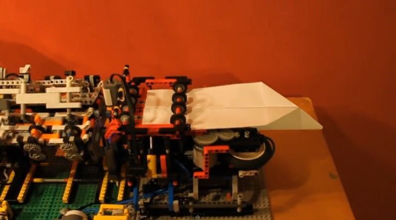 Una máquina para plegar y lanzar aviones de papel