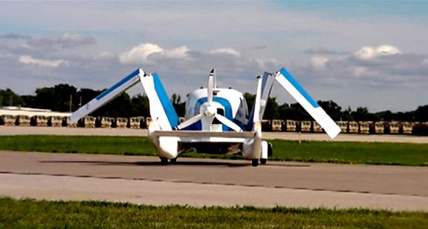 Exhibición pública de un automóvil volador