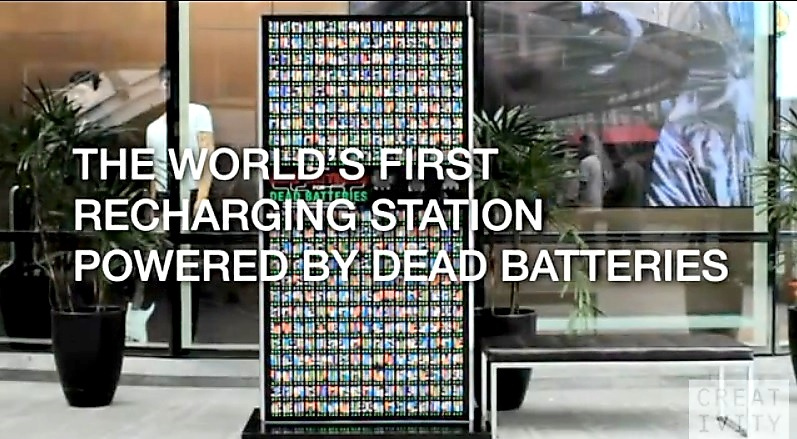 Estación de recarga de celulares utiliza solo pilas agotadas como fuente de energía