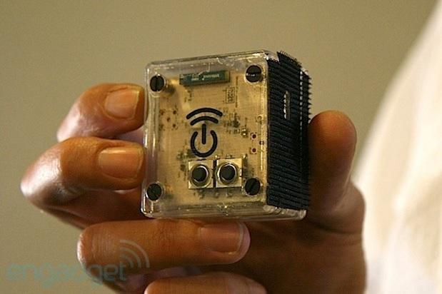 Sistema que recarga teléfonos de forma inalámbrica y sin requerir contacto físico a estaciones base