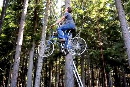 Ascensor impulsado por una bicicleta a una casa de árbol