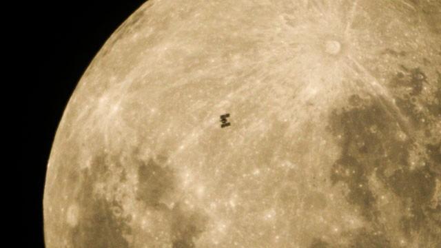Cómo luciría la Luna si estuviese a la misma distancia de la Estación Espacial Internacional