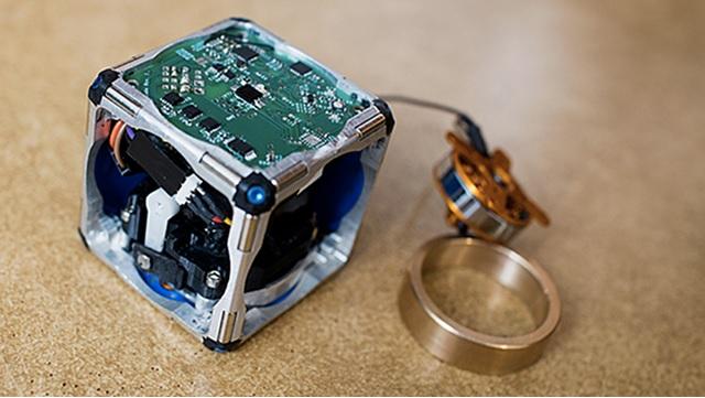 Robots cúbicos capaces de autoensamblarse y saltar