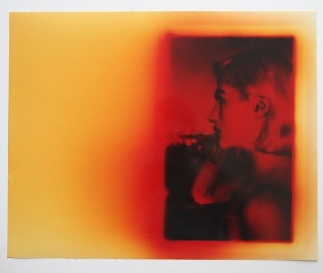 Arte en forma de impresiones de papel fotográfico sobre una pantalla de PC