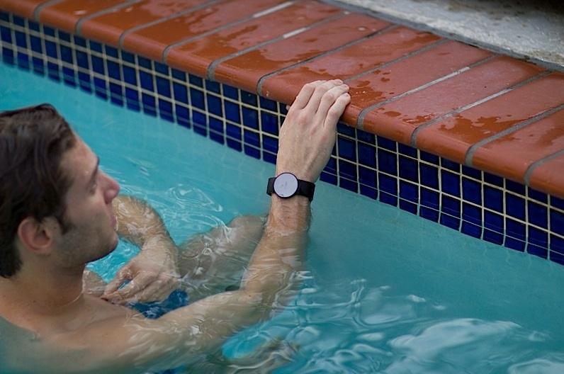 Entrenador personal le indica cómo mejorar su entrenamiento físico