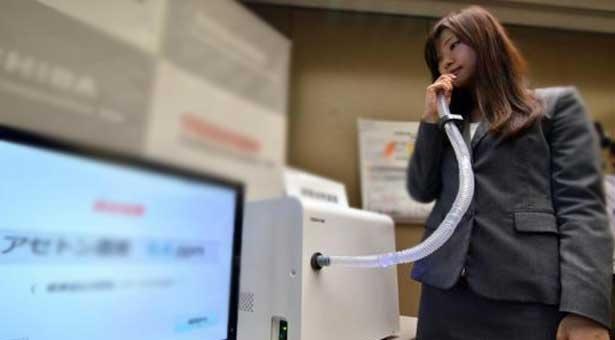 Toshiba inventa un analizador de aliento que detecta enfermedades