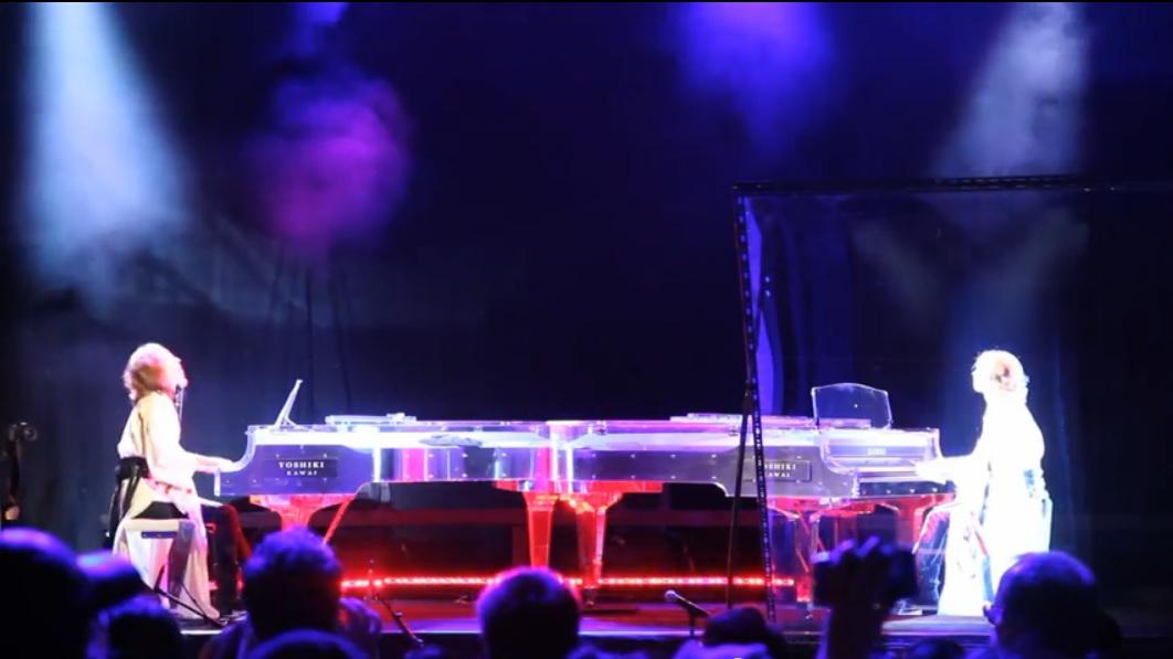 Pianista versus su holograma en concierto