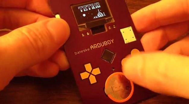 Una tarjeta de presentación que permite jugar Tetris