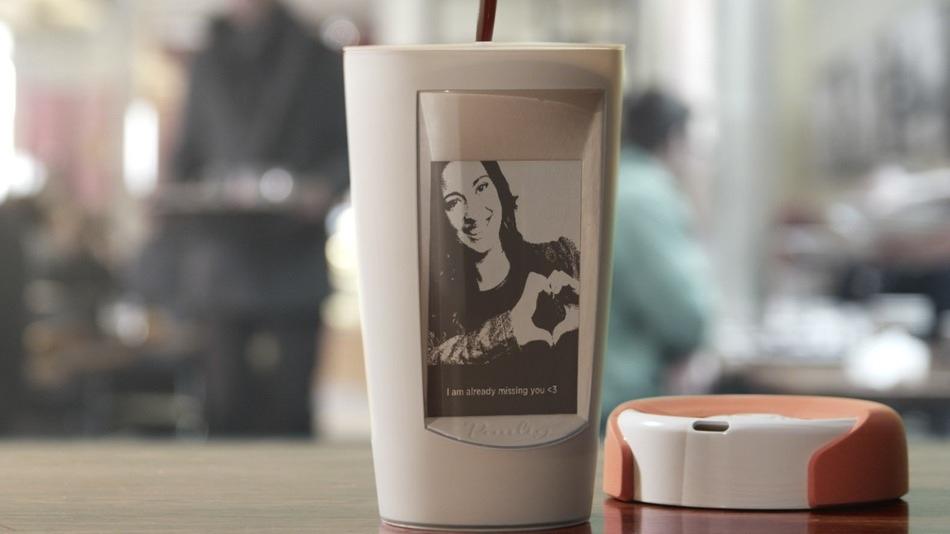 Un mug con pantalla que se alimenta de café caliente