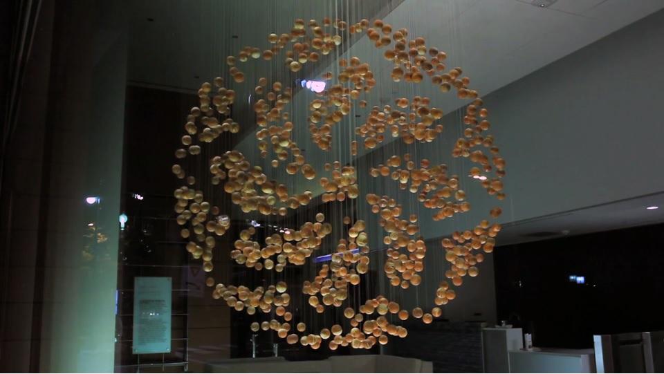 Escultura viviente con esferas de madera programadas