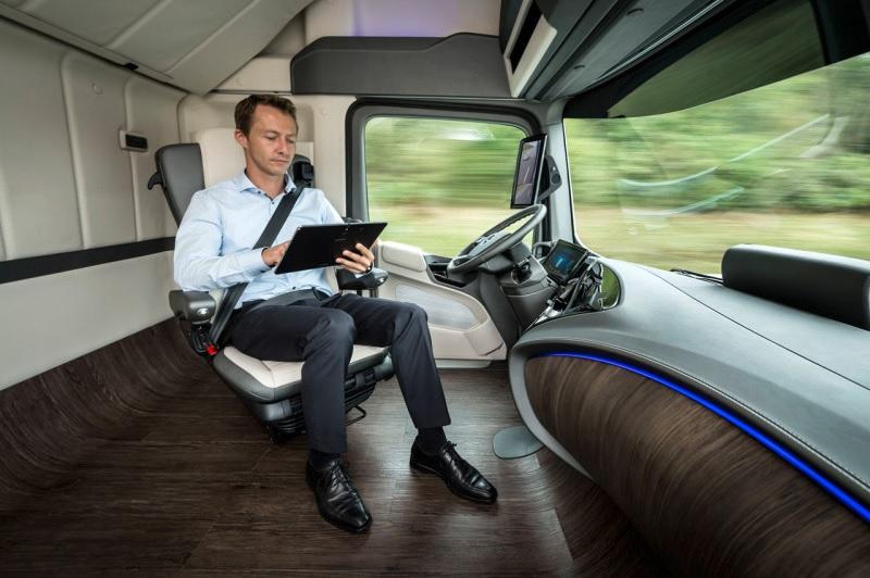 Camión de carga de Mercedes-Benz de conducción autónoma