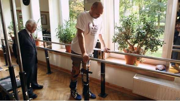 Hombre paralítico vuelve a caminar tras trasplante pionero