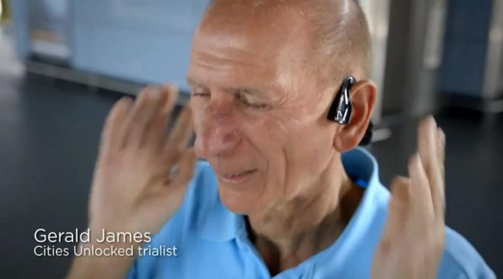 Auriculares para ayudar a personas con discapacidad visual a moverse por la ciudad