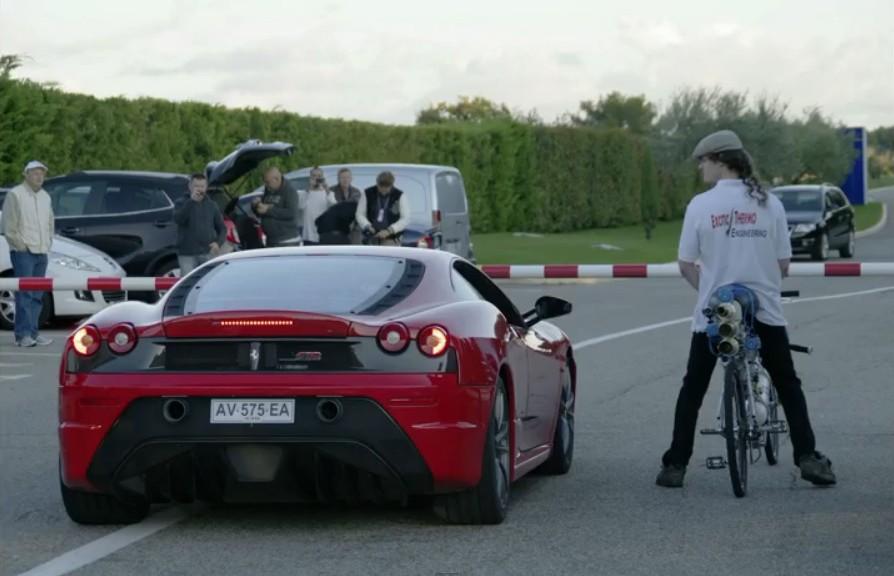 Bicicleta logra vencer a auto Ferrari