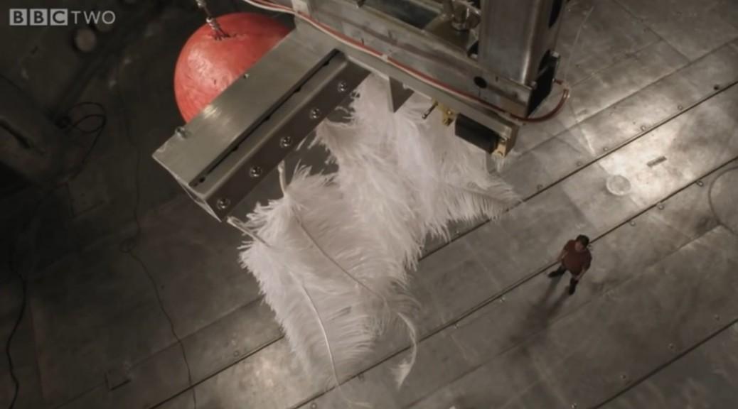 Una bola de bolos y una pluma cayendo en la cámara de vacío más grande del mundo