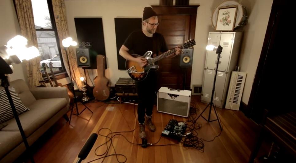 Su propia banda incorporada en el pedal de su guitarra