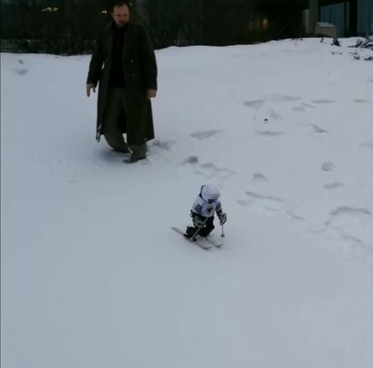 Vea en video a un robot esquiar