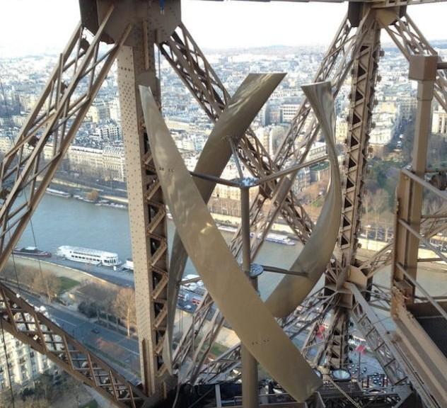 """La Torre Eiffel genera energía a través de dos turbinas eólicas """"casi invisibles"""""""