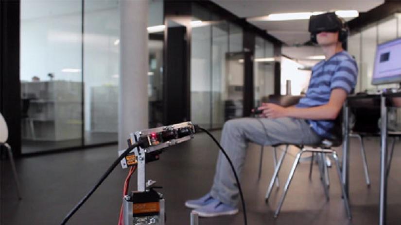 Robot controlado mediante un casco de realidad virtual