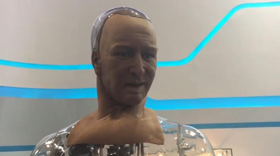 Nuevo robot con expresiones faciales, contacto visual y piel casi real