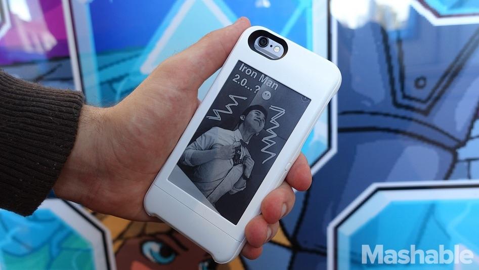 Estuche que agrega una pantalla de papel electrónico al reverso de su iPhone