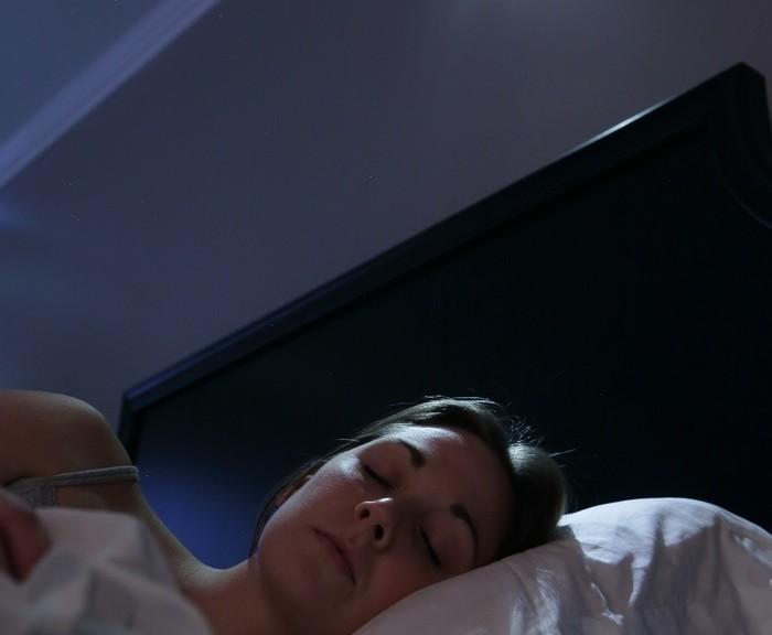 Reloj despertador con un haz enfocado de sonido para despertar a una sola persona