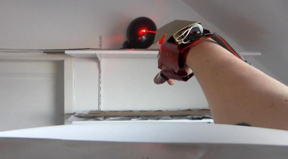 Guante láser de Iron Man recreado con láseres y efectos de sonido