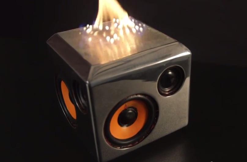 Un altavoz del que literalmente sale fuego