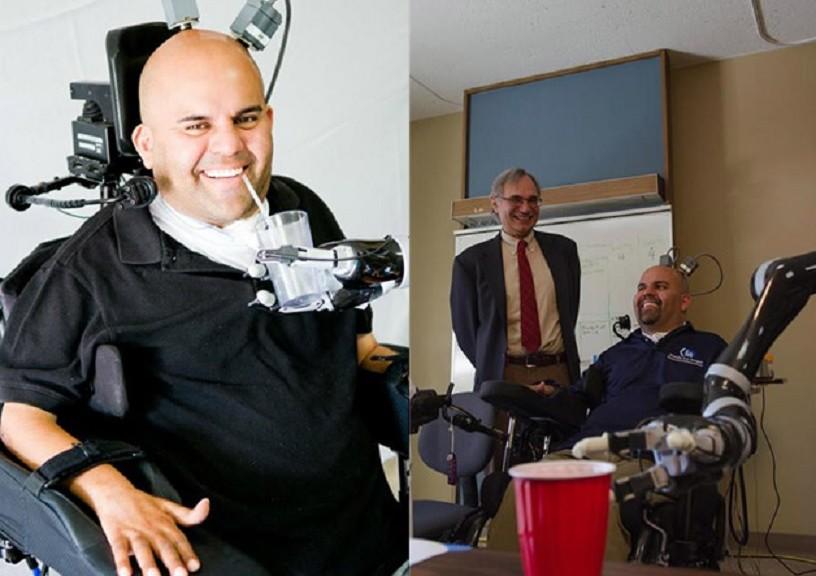 Bebe cerveza por sí mismo, gracias a un nuevo tipo de control mental de su brazo robótico