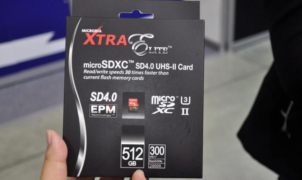 Una tarjeta microSD con capacidad de 512 GB