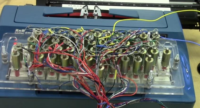 Máquina de escribir convertida en instrumento musical autónomo