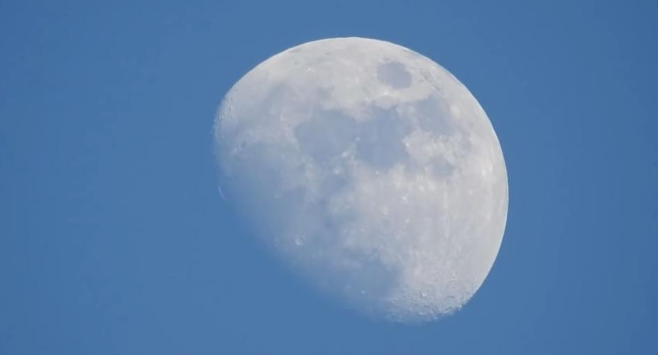 Cámara con zoom de 83x muestra a la Luna moviéndose