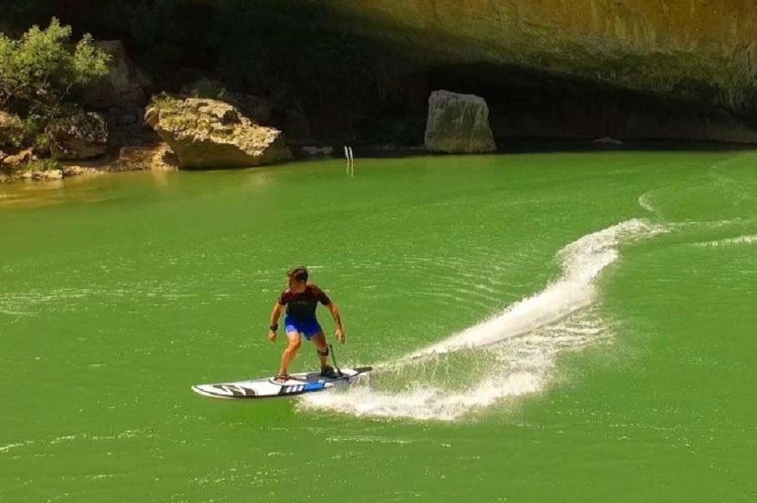 Tabla eléctrica para surfear donde no hay olas
