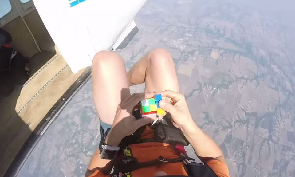 Sería capaz de resolver un cubo de Rubik lanzándose en paracaídas?