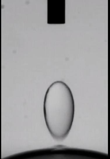 Por qué estas gotas de agua rebotan de una a la otra?