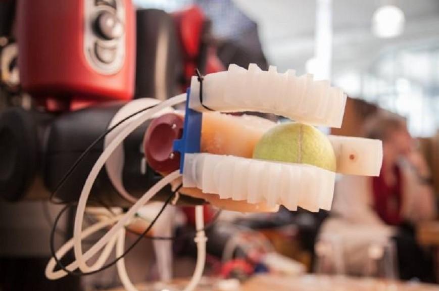 Mano robótica blanda coge e identifica variedad de objetos