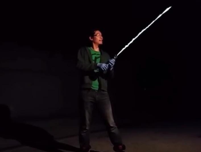Ingeniero crea un sable de luz flameante