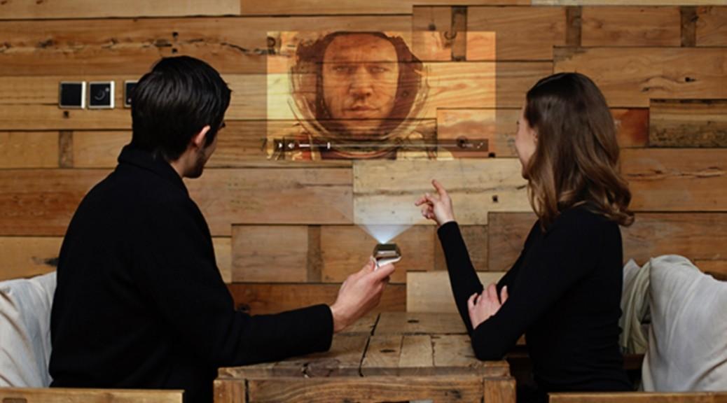 Reloj inteligente que proyecta películas en cualquier pared