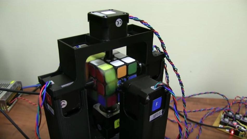 Vea a un robot resolver el cubo de Rubik en un segundo