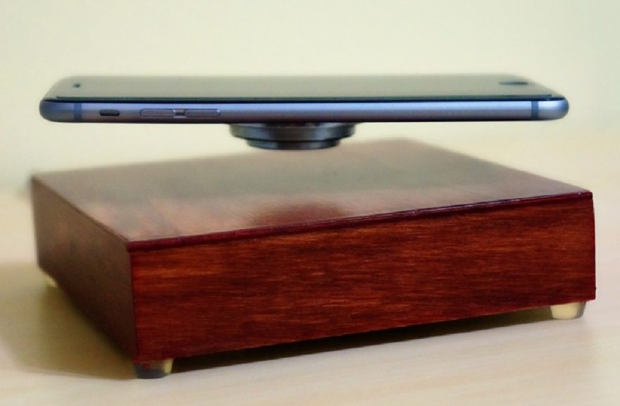 Este cargador inalámbrico también hace levitar su teléfono al mismo tiempo