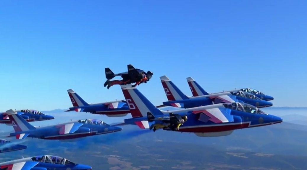 Vea hombres con jetpacks volar en formación con aviones
