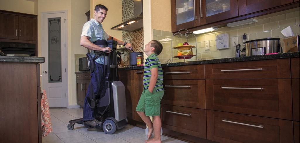Reinventan la silla de ruedas para permitir ponerse de pié